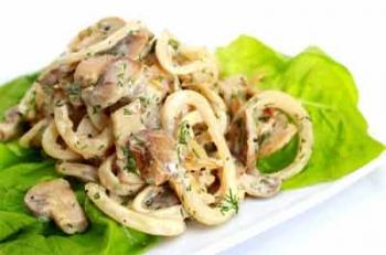 Горячий салат с кальмаром
